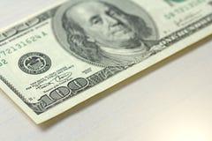 Cem dólares com uma nota 100 dólares Fotografia de Stock