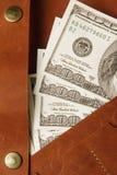 Cem dólares de conta na carteira de couro, fim acima finanças Imagem de Stock