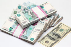 Cem dólares e blocos a mil cédulas do rublo Imagens de Stock
