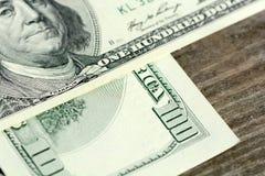 Cem dólares no fundo de madeira Fotografia de Stock Royalty Free