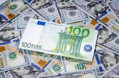 Cem euro no fundo americano do dinheiro dos dólares Fotografia de Stock Royalty Free