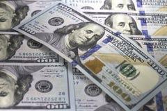 Cem nós nota de dólar encontram-se diagonalmente em cem fundo das cédulas do dólar americano Sombra no fundo da conta do assunto  Imagem de Stock