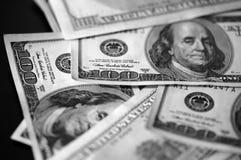 Cem notas de dólar em um fundo escuro, preto e branco Foto de Stock Royalty Free