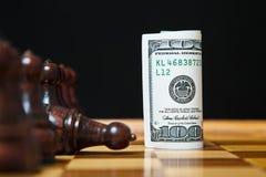 Cem notas de dólar em vez da figura da xadrez Imagens de Stock