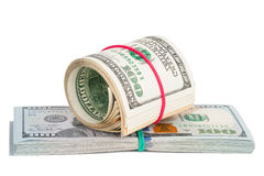 Cem notas de dólar roladas acima com rubberband Fotos de Stock Royalty Free