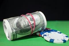 Cem rolos do dólar, microplaquetas de pôquer na Imagem de Stock