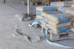 Cement är en pulverjordning från brutna påsar Arkivbild