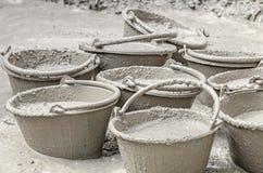 Cement die zich in plastic emmer mengen Royalty-vrije Stock Afbeelding