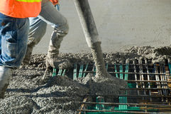 cement häller arbete Arkivfoto
