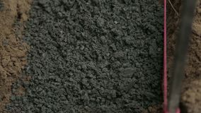 Cement som skyfflas arkivfilmer