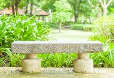 Cementbank in het park Stock Afbeelding