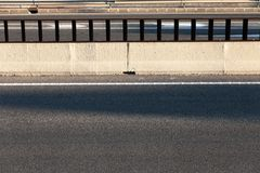 Cementbarriär på asfaltvägen royaltyfri fotografi