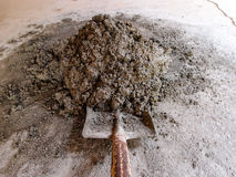 Cementblandare med en skyffel Royaltyfria Bilder