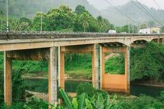 Cementbrug over het bergenlandschap Royalty-vrije Stock Afbeeldingen