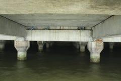 Cemente el polo del puente, onda golpean el polo del puente Fotografía de archivo