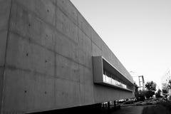 Cementera betong- och metallstrukturen i arkivbyggnad royaltyfria bilder