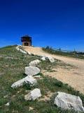 Cementera Ridge Fire Lookout Tower med kalkstengranitstenblock som fodrar grusvägen i Blacket Hills av South Dakota royaltyfri foto