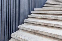 Cementera trappan med den blåa wood väggen i modern byggnad royaltyfria bilder
