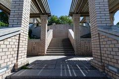 Cementera trappuppg?ngen i konstruktionsplats med tegelstenv?ggen royaltyfri fotografi