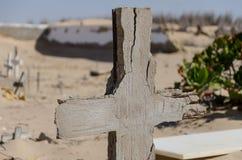 Cementerio abandonado con las piedras y las cruces que desmenuzan en el desierto de Namib de Angola Foto de archivo