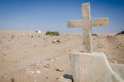 Cementerio abandonado con las piedras y las cruces que desmenuzan en el desierto de Namib de Angola foto de archivo libre de regalías