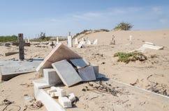 Cementerio abandonado con las piedras y las cruces que desmenuzan en el desierto de Namib de Angola Fotos de archivo libres de regalías