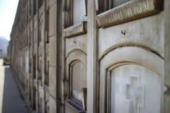 Cementerio antiguo del maestro de Presbitero en Lima Pared de sepulcros imágenes de archivo libres de regalías