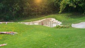 Cementerio asiático con la piedra sepulcral en la escena del valle de la montaña Imagen de archivo libre de regalías