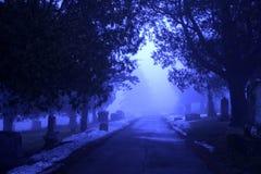 Cementerio brumoso surrealista en crepúsculo Fotos de archivo libres de regalías