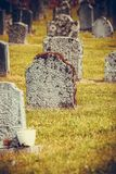 Cementerio cerca de la iglesia de Hamre, isla Osteroy Noruega foto de archivo libre de regalías