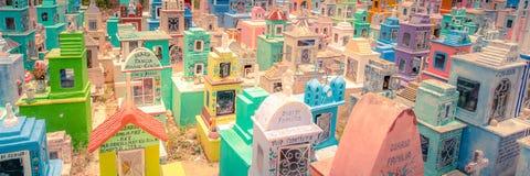 Cementerio coloreado de un pueblo mexicano fotografía de archivo