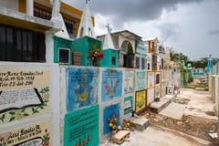 Cementerio coloreado de un pueblo mexicano fotos de archivo