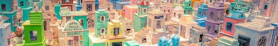 Cementerio coloreado de un pueblo mexicano imagen de archivo