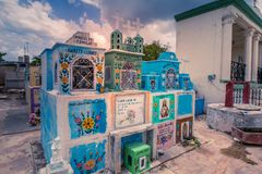 Cementerio coloreado de un pueblo mexicano foto de archivo