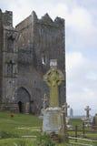 Cementerio con las cruces célticas, roca de Cashel, Co Tipperary Imagenes de archivo