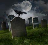 Cementerio con las lápidas mortuarias y la luna viejas
