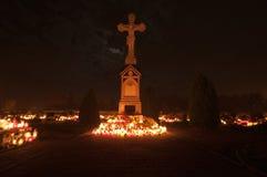 Cementerio - cruz encendida por las luces de la vela Fotografía de archivo libre de regalías