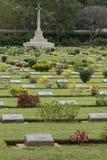 Cementerio de la guerra de Chungkai, en donde entierran a los millares de POWs aliado que murieron en la Tailandia notoria al fer imagen de archivo libre de regalías