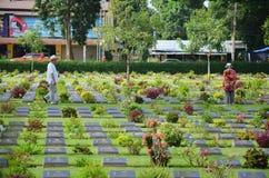 Cementerio de la guerra de Kanchanaburi de la visita del extranjero del viajero (Don Rak) Imagenes de archivo