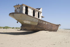 Cementerio de los barcos en área de mar de Aral Imagen de archivo libre de regalías