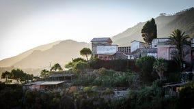 Cementerio de Manarola de ascendente en el pueblo Imagen de archivo libre de regalías