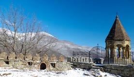 Cementerio en el camino de Tbilisi a Gudauri Imágenes de archivo libres de regalías