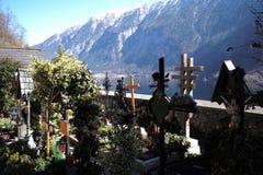 Cementerio en hallstatt del lago foto de archivo