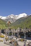 Cementerio en las montañas del Tyrol del sur Imagen de archivo libre de regalías