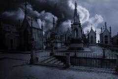 Cementerio europeo viejo iluminado por la luna fantasmagórico Foto de archivo libre de regalías