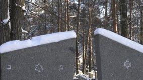 Cementerio judío, estrellas judías en los monumentos del muerto, invierno almacen de video