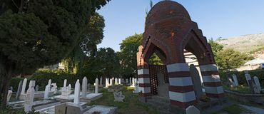 Cementerio, Karadjoz Bey Mosque, Mostar, Bosnia y Herzegovina, Europa, Islam, religión, lugar de culto fotos de archivo