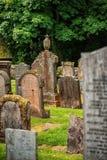 Cementerio, lápidas mortuarias históricas de Escocia con la planta foto de archivo libre de regalías