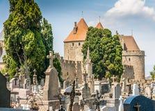 Cementerio por el castillo Imagen de archivo libre de regalías