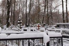 Cementerio rojo viejo de Bugrovsky en el Nizhny Novgorod en el invierno Rusia imagen de archivo